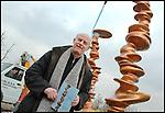Tony Cragg durante i lavori di installazione della scultura 'Punti di vista' nella Piazza Olimpica di Torino. Gennaio 2006.