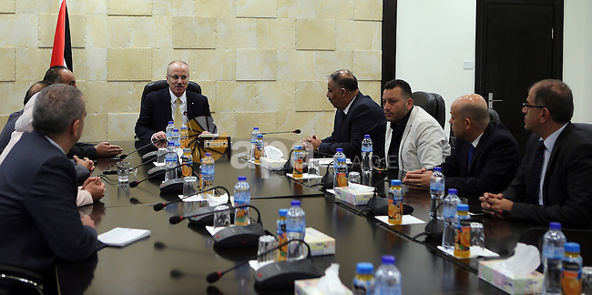 Palestinian Prime Minister, Rami Hamdallah, meets with a delegation from the Union of Pharmacists, in the West Bank city of Ramallah, on October 16, 2016. Photo by Prime Minister Office