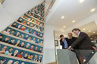 CULTUUR: SNEEK: 29-05-2015, Fries Scheepvaart Museum, onthulling portretten van ruim tachtig SKS skûtsjeschippers uit het vleugelklassement geschilderd op een oude witte fok van het Statenjacht door oud skûtsjschipper Anne Tjerkstra uit Goïngarijp, museum directeur Meindert Seffinga, Anne Tjerkstra en voorzitter van SKS Peter de Jong bekijken de foto's in het multitouch-programma, ©foto Martin de Jong