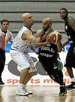 BOGOTA - COLOMBIA: 06-05-2013: Quiroz (Izq.) Piratas de Bogotá, disputa el balón con Barlow (Der.) de  Aguilas de Tunja mayo  6 de 2013. Piratas y Aguilas de Tunja disputaron partido de la fecha 11 de la fase II de la Liga Directv Profesional de baloncesto en partido jugado en el Coliseo El Salitre. (Foto: VizzorImage / Luis Ramirez / Staff) Quiroz (L) of Pirates from Bogota disputes the ball with Barlow (R) of Aguilas from Tunja May 6, 2013. Piratas and Aguilas de Tunja disputed a match for the 11 date of the Fase II of the League of Professional Directv basketball game at the Coliseo El Salitre. (Photo. VizzorImage / Luis Ramirez / Staff)