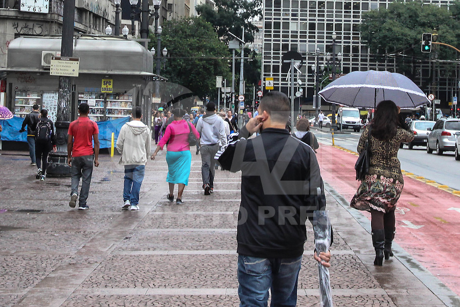 SÃO PAULO, SP, 28.05.2015 – CLIMA-SP - Tempo nublado e podendo chover a qualquer momento, com previsão de minima 18°C e máxima de 23°C, no Viaduto do Chá região central de São Paulo nesta quinta-feira 28. (Foto: Marcos Moraes/Brazil Photo Press)