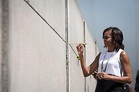 Die Frau US-Praesidenten Barack Obama, Michelle am Mittwoch (19.06.13) beim Gedenkstätte Berliner Mauer in Berlin. Foto: Maja Hitij/Commonlens