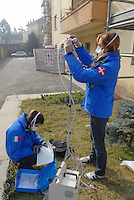 - Casale Monferrato, tecnici dell'ARPA (Agenzia Regionale per la Protezione Ambientale) controllano una sonda per il monitoraggio della qualit&agrave; dell'aria installata in un cantiere per la rimozione della polvere di amianto usata come materiale isolante nei soffitti di un palazzo in centro citt&agrave;<br /> <br /> - Casale Monferrato, technicians of ARPA (Regional Agency for the Environmental Protection)  check a probe for monitoring air quality installed in a yard for the removal of asbestos dust used as insulating material in the ceiling of a palace in the city centre