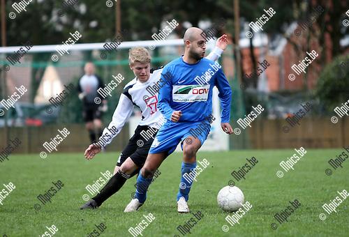 2010-03-28 / Seizoen 2009-2010 / Voetbal / Vlimmeren Sport - Katelijne / Taoufik El Habti van Katelijne probeert Sven De Prins van Vlimmeren af te schudden..Foto: mpics