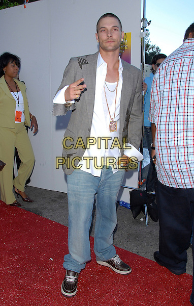 KEVIN FEDERLINE.At The 2006 Teen Choice Awards - Arrivals, .held at The Universal Ampitheatre in Universal City, California, USA, August 20th 2006..full length grey ripped libertine jacket white shirt jeans hands fingers peace sign gesture.Ref: DVS.www.capitalpictures.com.sales@capitalpictures.com.©Debbie VanStory/Capital Pictures