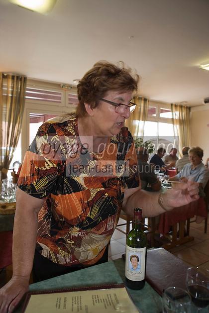 """Europe/France/Aquitaine/40/Landes/ Rion des Landes : Maïté  dans son restaurant  Restaurant """"Chez Maïté"""" [Non destiné à un usage publicitaire - Not intended for an advertising use]<br /> PHOTO D'ARCHIVES // ARCHIVAL IMAGES<br /> FRANCE 2006"""
