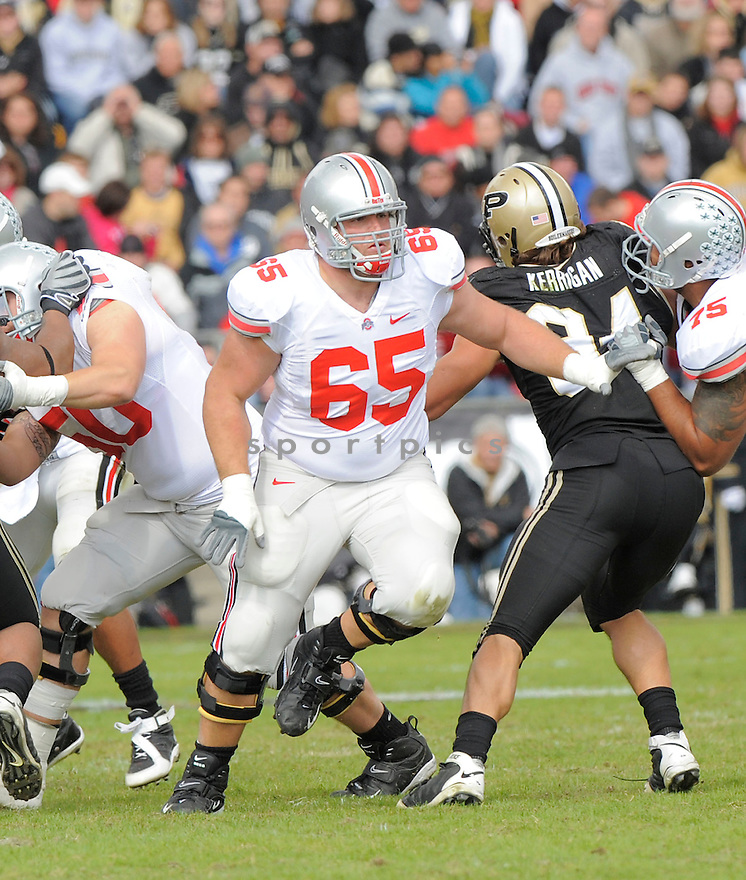JUSTIN BOREN, of the Ohio State Buckeyes, in action during the Buckeyes game against the Purdue Boilermakers  in St. Louis, MO, on October 17, 2009.  Purdue wins 26-18..