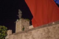 Cuba, Santa Clara, piazza della Rivoluzione, festa per l'87° compleanno di Fidel Castro 13 agosto 2013 , soldato di guardia al monumento al Che