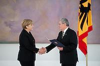 Berlin, Bundeskanzlerin Angela Merkel (CDU) und Bundespr&auml;sident Joachim Gauck geben sich am Dienstag (17.12.13) im Schloss Bellevue bei der &Uuml;bergabe der Ernennungsurkunde an die Bundeskanzlerin die Hand.<br /> Foto: Steffi Loos/CommonLens