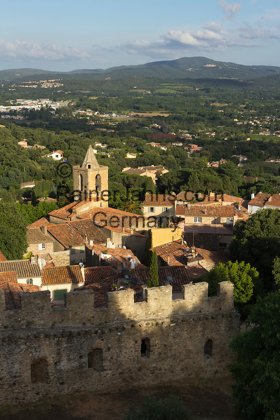 France, Provence-Alpes-Côte d'Azur, Grimaud: View over old village from castle | Frankreich, Provence-Alpes-Côte d'Azur, Grimaud: Blick von der Burgruine ueber die Altstadt