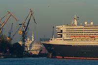 4415/ Queen Mary 2: EUROPA, DEUTSCHLAND, HAMBURG, (EUROPE, GERMANY), 09.11.2005: Am 09.11.2005 besuchte die Queen Mary 2 Hamburg, um bei Blohm & Voss Reparaturen durchzufuehren. Sie ist mit 345 m das groesste Passagierschiff der Welt. Durch zu niedrigen Wasserstand der Elbe, Tiedehafen, musste das Passagierschiff eine Nacht am Strandkai anlegen und auf die naechste Flut warten. Bei Sonnenaufgang ging die kurze Fahrt vorbei an Hamburgs Skyline.