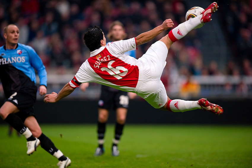 Nederland, Amsterdam, 28--2-2010, Eredivisie wedstrijd in Arena: Ajax - FC Utrecht: 4-0. Topscorere Luis Suarez probeert met een mooie omhaal te scoren.. foto's Michael Kooren/utrecht