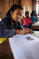 LAO PDR, province Oudomxay , mountain village Houyta, ethnic group Khmu, children in village school / LAOS, Provinz Oudomxay, Dorf Houyta , Ethnie Khmu , Kinder aus Bergdoerfern der Ethnie Khmu in einer Dorfschule , links Maedchen Vanna 11 Jahre alt, Tochter von Mai und Vanhsouk - NUR FÜR REDAKTIONELLE NUTZUNG, Kein PR !