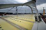 AMSTERDAM - Langs het Amsterdam-Rijnkanaal ligt de door bouwcombinatie CFE Nederland en Victor Buyck Steel Construction gebouwde nieuwe oostelijke oeververbinding voor IJburg klaar: de Brug 2007. Het 150 meter lange en 24 meter hoge stalen gevaarte is het afgelopen jaar langs het kanaal opgebouwd en wordt binnenkort met pontons en kranen op zijn plek getild. De brug krijgt een opmerkelijke gele lichtgewicht bekisting waarin piepschuim is verwerkt en die na het storten van het betonnen wegdek kan blijven zitten. De door Quist Wintermans Architecten en Ingenieursbureau Amsterdam ontworpen brug kost ruim 25 miljoen euro, moet in het voorjaar van 2013 klaar zijn en sluit IJburg aan op de A1. COPYRIGHT TON BORSBOOM