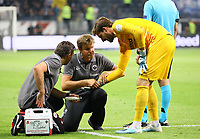 Torwart Kevin Trapp (Eintracht Frankfurt) hat sich an der Hand verletzt und wird behandelt - 29.08.2019: Eintracht Frankfurt vs. Racing Straßburg, UEFA Europa League, Qualifikation, Commerzbank Arena<br /> DISCLAIMER: DFL regulations prohibit any use of photographs as image sequences and/or quasi-video.