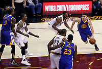 DMX25. Cleveland (United States), 09/06/2017.- Golden State Warriors guard Klay Thompson (R) drives to the basket against the Cleveland Cavaliers in the second half of their game four of the NBA Finals basketball game at Quicken Loans Arena in Cleveland, Ohio, USA, 09 June 2017. (Baloncesto, Estados Unidos) EFE/EPA/DAVID MAXWELL