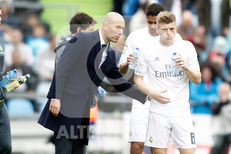 Real Madrid's coach Zinedine Zidane with his player Toni Kroos during La Liga match. April 16,2016. (ALTERPHOTOS/Acero)