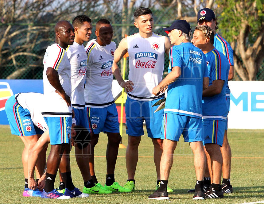 BARRANQUILLA - COLOMBIA - 20 - 03 - 2017: Jose Peckerman (Cent.), tecnico de la Selección Colombia, da instrucciones a los jugadores, durante entreno en las canchas del Polideportivo Universidad Autonoma del Caribe. El equipo colombiano se prepara en Barranquilla para el partido contra el seleccionado de Bolivia el 23 de marzo, partido clasificatorio a la Copa Mundial de la FIFA Rusia 2018. / Jose Peckerman (C), coach of Colombia´s Team, gives instructions to the palyers, during a training in the grounds of the Sports Center of Autonoma del Caribe University. Colombia team prepares in Barranquilla for the match against the national team of Bolivia on March 23, qualifying for the FIFA World Cup Russia 2018. Photo: VizzorImage / Alfonso Cervantes / Cont