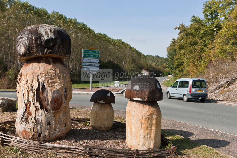 Europe/France/Aquitaine/24/Dordogne/Env de Villefranche-du-Périgord: Aux environs du village réputé pour ses marchés aux cèpes, un rond-point célèbre le produit régional