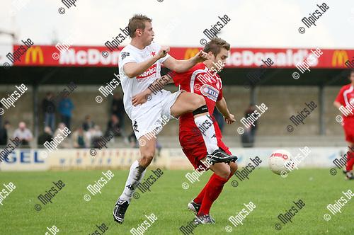 2010-09-12 / Seizoen 2010-2011 / Voetbal / VC Herentals - White Star / Thomas Wouters van Herentals met Nick Hermans van White Star in de rug..Foto: mpics