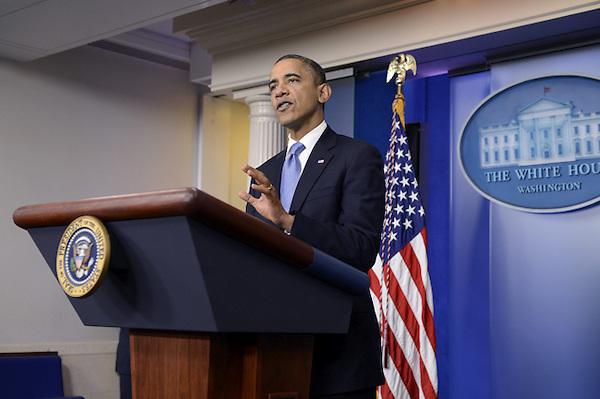BLO17 WASHINGTON (ESTADOS UNIDOS), 29/10/2012.- El presidente de Estados Unidos, Barack Obama, habla sobre el Huracán Sandy en una rueda de prensa convocada en la Casa Blanca, en Washington, EE.UU hoy, lunes 29 de octubre de 2012.  Obama ha asegurado está más preocupado por la seguridad de los ciudadanos ante la llegada del huracán Sandy que por su impacto en las elecciones presidenciales, previstas para dentro de ocho días. EFE/Michael Reynolds