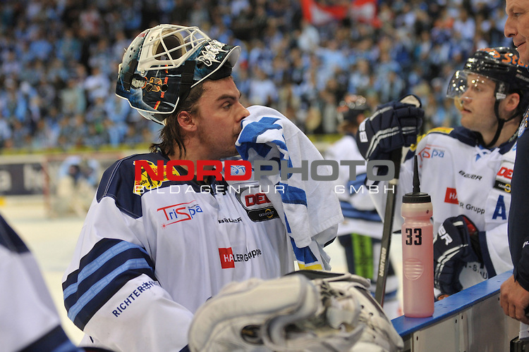 19.01.2014,  O2 World, Hamburg, GER, DEL, Hamburg Freezers vs Straubing Tigers, im Bild Einzelaktion Querformat Torhueter Jason Bacashihua (Straubing #33) trocknet sein Gesicht//, Hamburg  Foto © nordphoto / Witke