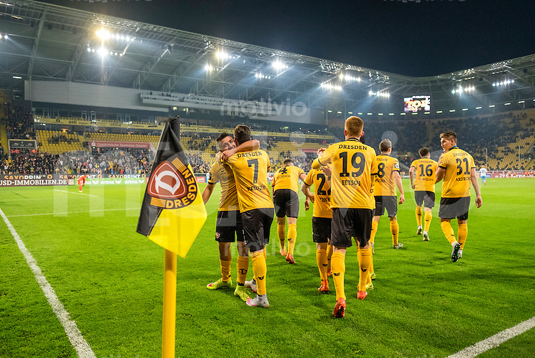 FUER SZ FREI, PAUSCHALE GEZAHLT!!!<br /> Fu&szlig;ball, Sachsen - Pokal, Saison 2015/2016, Achtelfinale, SG Dynamo Dresden - Chemnitzer FC (CFC), Freitag (09.10.2015), Stadion Dresden.<br /> Dresdens Aias Aosman (li.) jubelt nach seinem Tor zum 2:1 mit Niklas Kreuzer, Giuliano Modica, Sinan Tekerci, Mathias Fetsch. Jannik M&uuml;ller, Jim - Patrick M&uuml;ller, Robert Andrich.<br /> Foto: Robert Michael / www.robertmichaelphoto.de