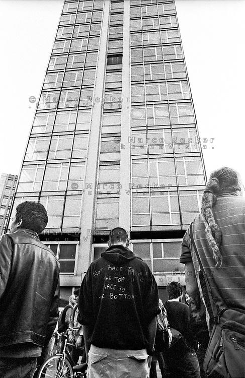 """Milano, un collettivo di """"Lavoratori dell'Arte e dello Spettacolo"""" occupa un edificio inutilizzato, la Torre Galfa, per dare vita a un nuovo centro per le arti e la cultura chiamato MACAO. Dopo 10 giorni avviene lo sgombero e gli attivisti occupano la strada di fronte. """"Non correre verso l'alto, corri verso il basso"""" --- Milan, a collective of """"Arts and Entertainment Workers"""" occupy an unused building, the Galfa Tower, in order to create a new centre for arts and culture called MACAO. After 10 days police clears out the building and the activists occupy the street in front for several days long. """"Not race to the top, race to the bottom"""""""