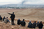 TURKEY, Suruc,10 km away from syrian border and from IS Islamic state besieged town Kobani, Kurds watch from mountain to battle and bombings in Kobani / TUERKEI, Suruc, 10 km entfernt von der syrischen Grenze und der vom IS belagerten Stadt Kobani, Kurden schauen von einer Anhoehe auf Kobani