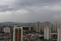 FOTO EMBARGADA PARA VEICULOS INTERNACIONAIS. SAO PAULO, SP, 17/10/2012, CLIMA TEMPO. A capital paulista amanheceu com uma leve chuva, a previsão é que essa Quarta-feira tenha chuva por todo periodo. Luiz Guarnieri/ Brazil Photo Press