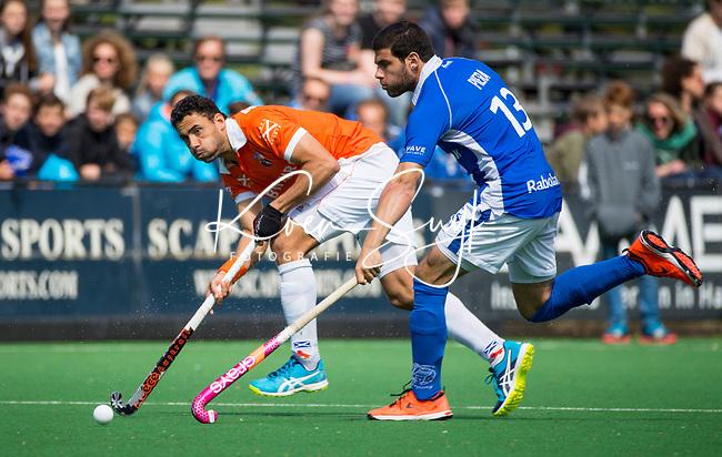 BLOEMENDAAL  -   Glenn Schuurman (Bloemendaal) met Salva Piera (Kampong) tijdens  de play offs heren hoofdklasse Bloemendaal-Kampong (0-2) . Kampong plaatst zich voor de finale.  COPYRIGHT KOEN SUYK