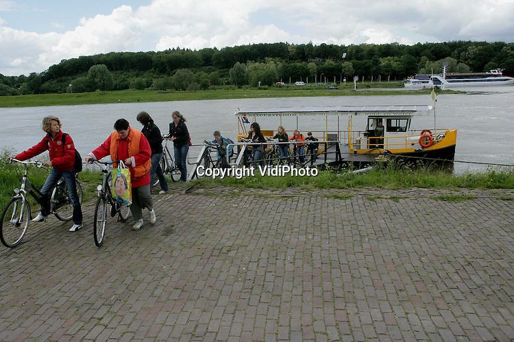 Foto: VidiPhoto..DRIEL - Het fiets-/voetveer bij Driel met het gezicht op de zuidrand van de Veluwe.
