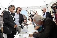 Roma 29 Agosto 2012.Largo Argentina.Raccolta firme per 8 Referendum sul miglioramento di  Roma .Campagna Roma si Muove.Il ministro Fabrizio Barca firma 3 Referendum.