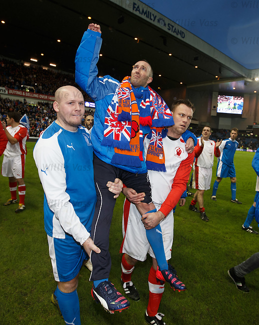 Fernando Ricksen carried by the players on a lap of honour after the match