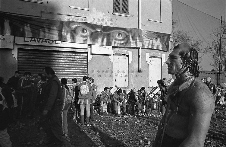 Storico Carnevale di Ivrea, Battaglia delle Arance. Un lanciatore esausto --- Historic Carnival of Ivrea, Battle of the Oranges. An exhausted thrower