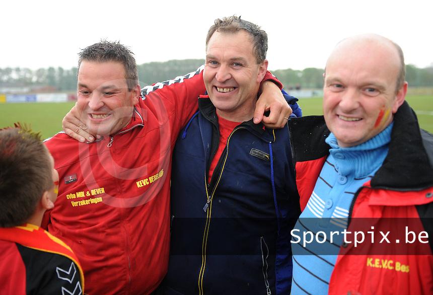 KEVC Beselare Kampioen : trainers van Beselare uitzinnig van vreugde na het behalen van de kampioenstitel in 4de provinciale na 4-1 winst tegen SK Reningelst..foto VDB / BART VANDENBROUCKE