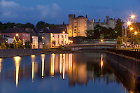 Ireland, County Kilkenny, Kilkenny: Kilkenny Castle on River Nore at night | Irland, County Kilkenny, Kilkenny: mittelalterliches Schloss Kilkenny Castle am Nore River zur Abenddaemmerung