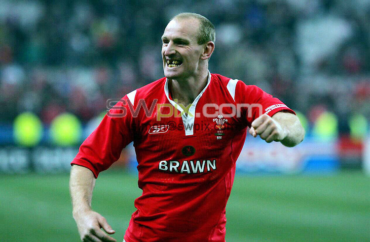 PIX: Rugby. Six Nations. France-Wales, Stade de France, Paris, 26th February 2005...COPYRIGHT PICTURE>> SIMON WILKINSON>>0870 092 0092>>..All smile for the winning Welsh captain Gareth Thomas.