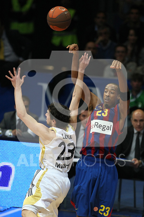 FC Barcelona's Terence Morris (r) and Real Madrid's Sergio Llull during Euroleague Basketball match. March 30, 2010. (ALTERPHOTOS/Acero)
