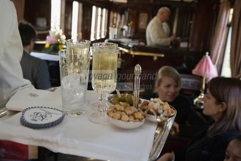 Europe/République Tchèque/Prague:A bord de l'Orient-Express Train de Luxe qui assure la liaison Calais,Paris , Prague,Venise - Service du champagne dans la voiture bar [Non destiné à un usage publicitaire - Not intended for an advertising use]