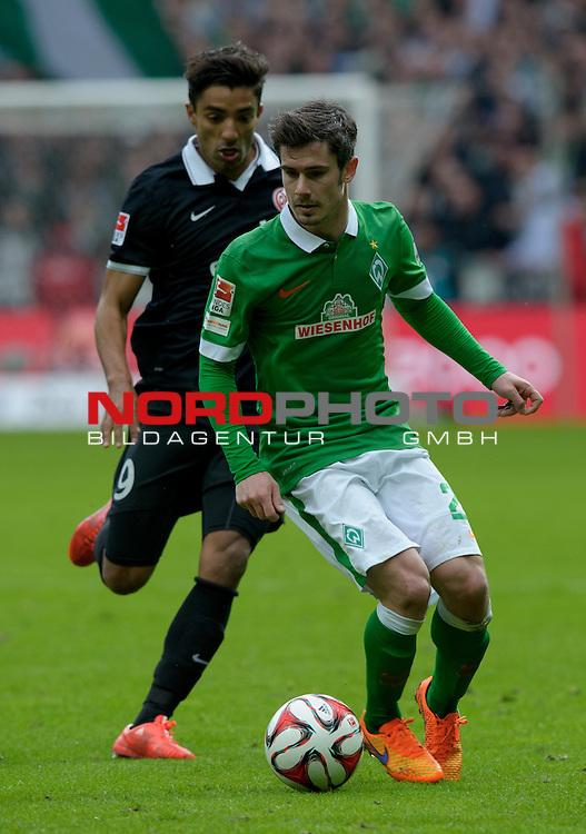 04.04.2015, Weserstadion, Bremen, GER, 1.FBL, Werder Bremen vs 1. FSV Mainz 05, im Bild Fin Bartels (Bremen #22), Sami Allagui (Mainz #9)<br /> <br /> Foto &copy; nordphoto / Frisch