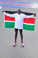 Nova York (EUA), 03/11/2019 - Maratona de Nova York -  Geoffrey Kamworor, do Quênia, aplaude depois de cruzar a linha de chegada para vencer o Professional Men's Finish durante a Maratona TCS de Nova York 2019 em Nova York em 3 de novembro de 2019. (Foto: William Volcov/Brazil Photo Press)