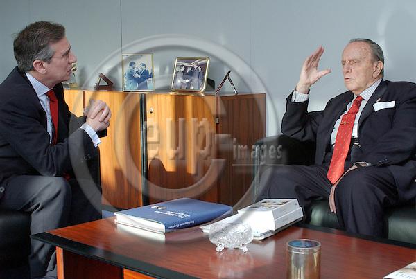 !Archive Picture!.Brussels-Belgium - 07 February 2002---Eneko LANDABURU (le), serving as Director-General for Enlargement at the European Commission, receives Manuel Fraga IRIBARNE (ri), President of the Xunta de Galicia / Spain---Photo: Horst Wagner/eup-images