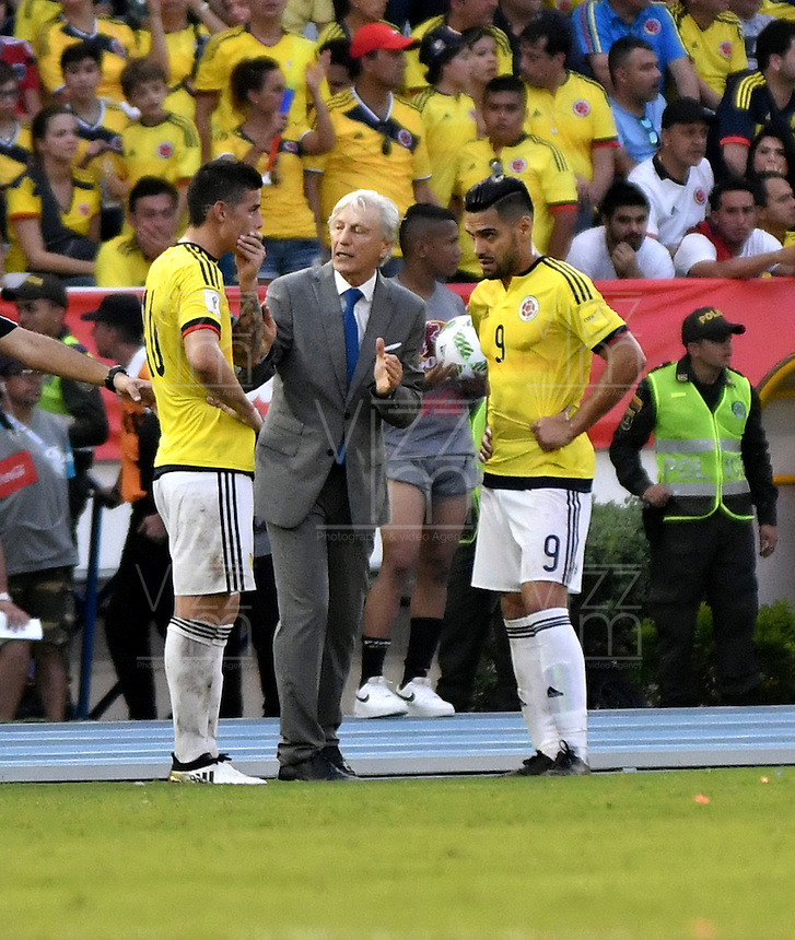 BARRANQUILLA - COLOMBIA- 10-11-2016: Jose Pekerman (Cent), técnico, de Colombia, da instrucciones a James Rodriguez (Izq.) y Radamel Falcao Garcia (Der.) durante partido entre los seleccionados de Colombia y Chile, de la fecha 11 válido por la clasificación a la Copa Mundo FIFA Rusia 2018, jugado en el estadio Metropolitano Roberto Melendez en Barranquilla.  /  Jose Pekerman (C), coach of Colombia, gives instructions to James Rodriguez (L) and Radamel Falcao Garcia (R)  during match between the teams of Colombia and Chile, for the date 11 valid for the Qualifier to the FIFA World Cup Russia 2018, played at Metropolitan stadium Roberto Melendez in Barranquilla. Photo: VizzorImage / Luis Ramirez / Staff.