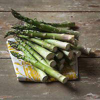 Gastronomie: Asperges vertes //  Gastronomy: Green Asparagus <br /> <br /> - Stylisme : Valérie LHOMME