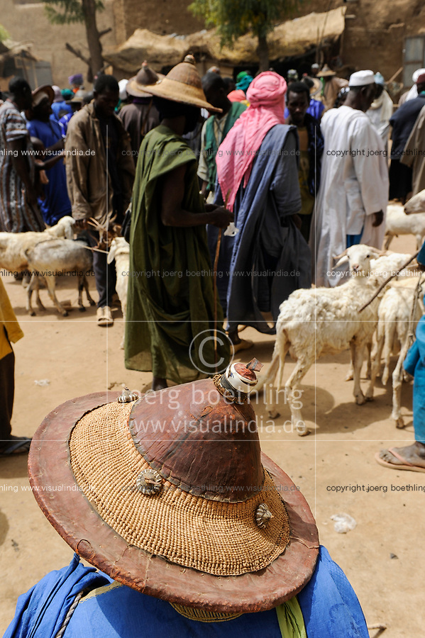MALI, Djenne, market day, Fulani or Peulh man with traditional hat Tengaade /Markttag, Fulbe oder Fulani Mann mit Hut