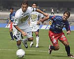 Mexico (12.02.2006) UNAM Pumas defender Joaquin Beltran (L) battles for the ball against Veracruz Tiburones Rojos forward Gustavo Biscayzacu during their soccer match at the Olympic Stadium in Mexico City, February 12, 2006. UNAM won 2-0 to Veracruz. / Mexico: Los defensas de Pumas UNAM Joaquin Beltran  pelea por el balon con el delantero Gustavo Biscayzacu de Tiburones Rojos de Veracruz durante el partido en el estadio Olimpico. Pumas UNAM gano 2-0 al Veracruz. © Javier Rodriguez
