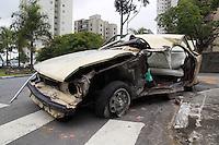 SAO PAULO, SP - 24.11.2014 - ACIDENTE | MORTE - Veículo em alta velocidade perde o controle e colide na Av. Giovanni Gronchi x R. Catuti. O incidente ocorreu no início da manhã desta segunda-feira (24) e o motorista faleceu.<br /> <br /> <br /> (Foto: Fabricio Bomjardim / Brazil Photo Press)