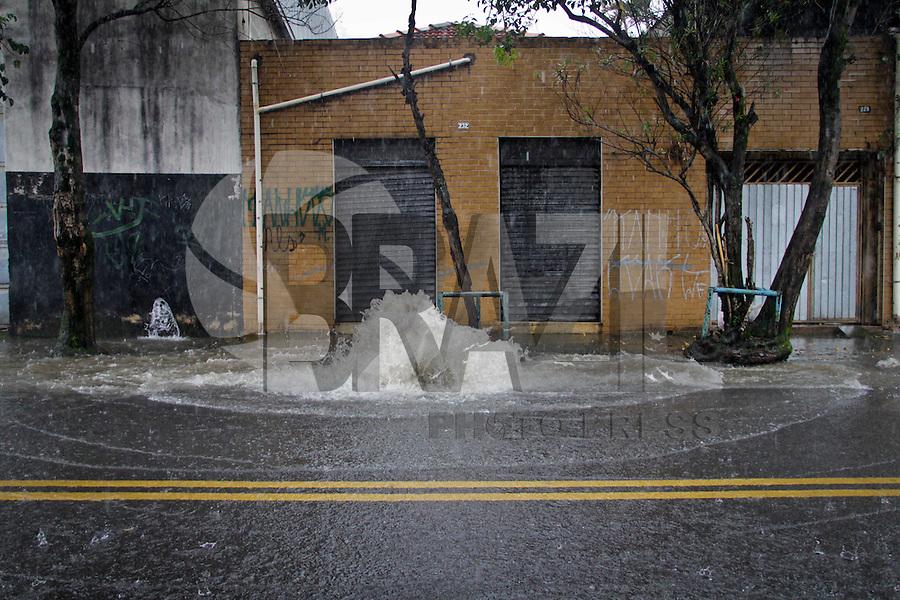 SÃO PAULO,SP,16 JANEIRO 2013 -  ALAGAMENTO SP - Ponto de alagamento na rua José Zappi na Vila Prudente causado pela forte chuva que caiu na tarde de hoje.FOTO ALE VIANNA - BRAZIL PHOTO PRESS.