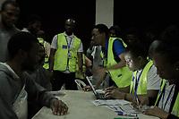 160 nigerianische Migranten kamen am 12.7.2018 aus Libyen in Lagos, Nigeria an. Hier sind sie bei der Registrierung mit Mitarbeitern der Internationalen Organisation für Migration (IOM) zu sehen